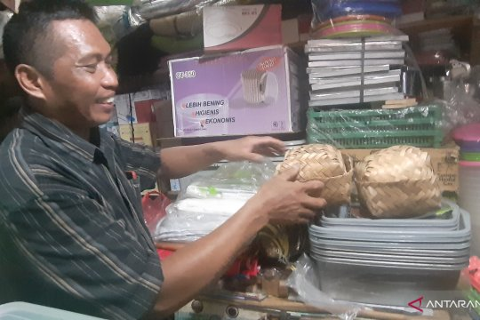 Penjual besek bambu di Pasar Lenteng kehabisan stok