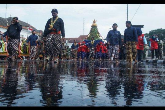 Ribuan warga berebut gunungan Grebeg Besar di Yogyakarta