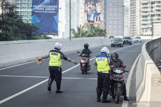 Razia pengendara motor bandel naik JLNT Kampung Melayu-Tanah Abang