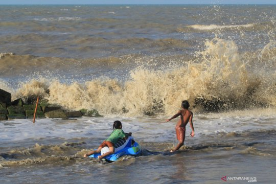 Peringatan gelombang tinggi Laut Jawa dikeluarkan BMKG