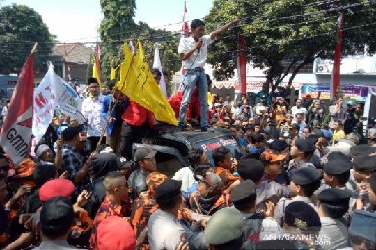 Aksi PKL warnai pelantikan anggota DPRD Kabupaten Garut