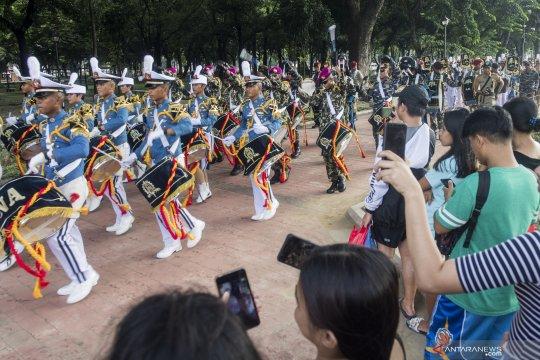 Aksi Taruna Akademi Angkatan Laut hibur warga Manila