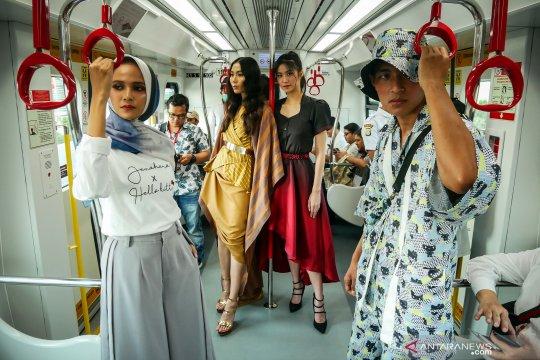 Peragaan busana di gerbong LRT