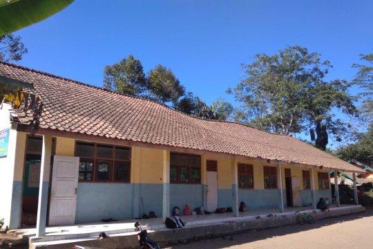Siswa belajar di teras karena ruang kelas rusak