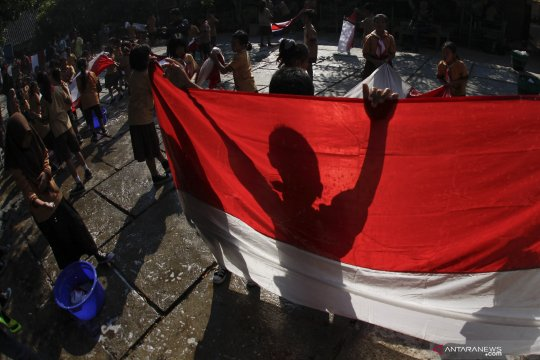 "Polri-TNI bentangkan ""Merah-Putih"" kelilingi objek wisata Jatiluwih"