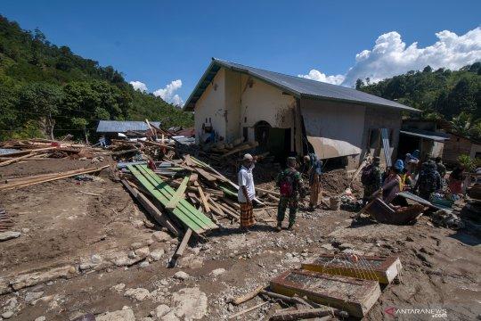 Pascabanjir, aparat dan warga sigi bergotong royong bersihkan lumpur