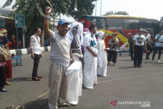 Pocong loncat balap karung sambut HUT Indonesia di Terminal Kalideres