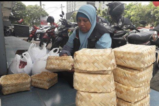 ACT Lampung salurkan daging kurban menggunakan besek