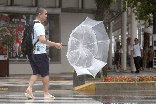 Tokyo batalkan penerbangan, layanan kereta menjelang Topan Faxai