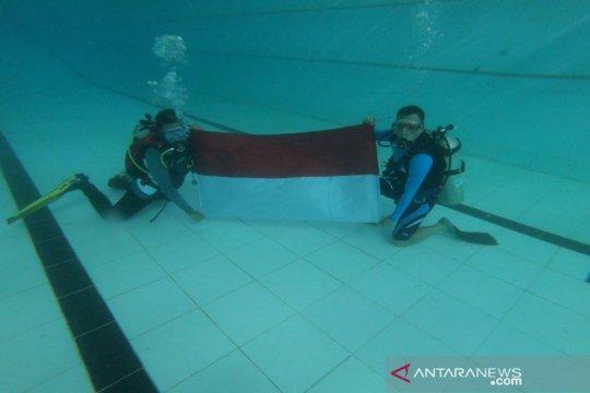 Bupati Batang kibarkan Merah Putih di bawah air