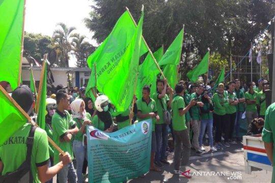 Ratusan pekerja demo di Setda Temanggung tuntut kesejahteraan