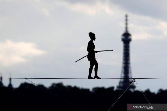 Aksi akrobat perempuan berjalan di atas tali tanpa pengaman