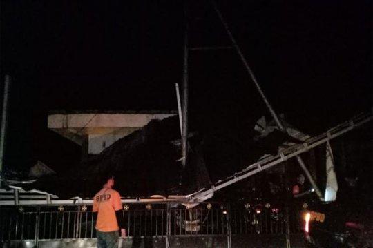 Angin kencang robohkan pohon dan atap rumah di Barito Utara