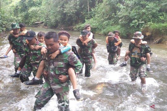 Prajurit TNI menyalakan asa warga di pelosok Kampar