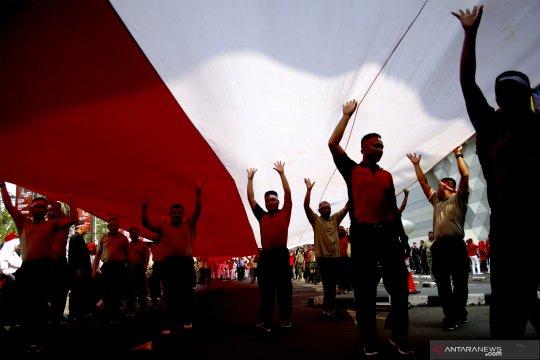 Kirab bendera merah putih raksasa