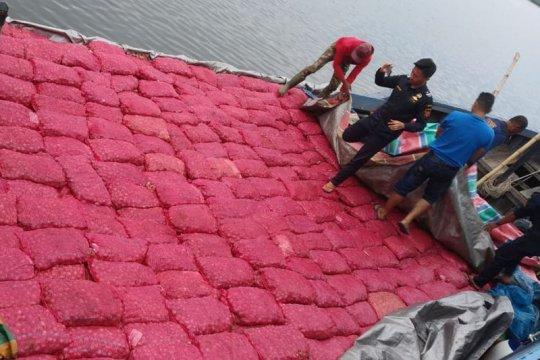 Bea Cukai Aceh gagalkan penyelundupan 3.000 karung bawang merah