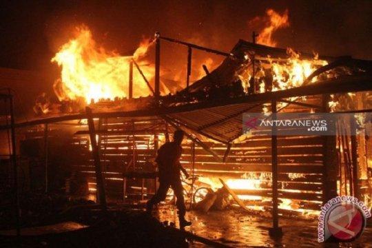 17 unit pemadam kebakaran dikerahkan atasi kebakaran di Pesing