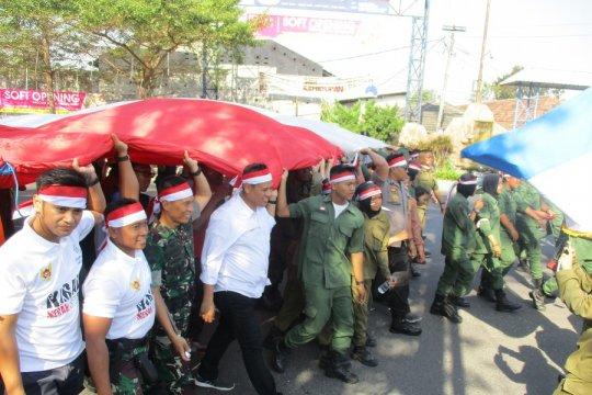 Ribuan pemuda Kota Kediri kirab Merah Putih ukuran raksasa