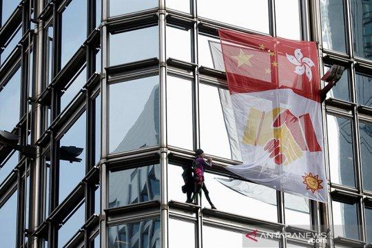 """""""Spiderman"""" asal Prancis bentangkan spanduk rekonsiliasi di Hong Kong"""