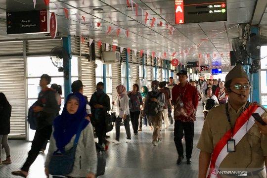 Jelang 17an, petugas halte TransJakarta kenakan kostum veteran