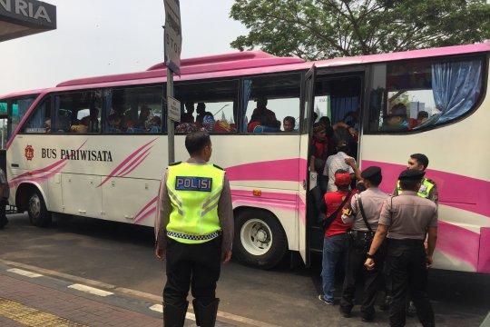 Polisi bubarkan massa buruh yang berkumpul di sekitar gedung parlemen
