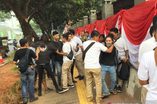 Polisi bubarkan massa yang diduga akan berdemo di Gedung Parlemen