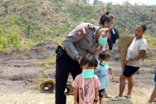Polisi bagikan masker gratis kepada masyarakat perbatasan
