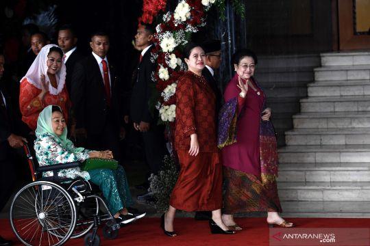 Kompak berbaju merah, Megawati dan Puan Maharani tiba di komplek Parlemen