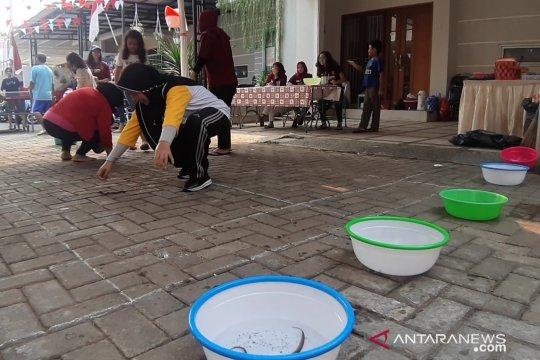 Warga Bintaro rayakan HUT ke-74 RI dengan lomba tangkap belut