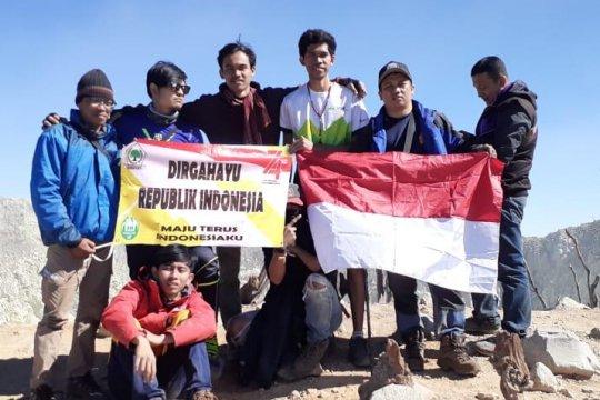 Golkar DKI kibarkan Merah Putih di puncak Gunung Sindoro