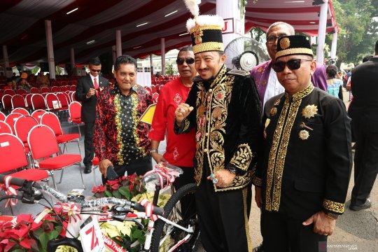 Sultan dari Kalimantan dapat sepeda seusai ikuti upacara bendera