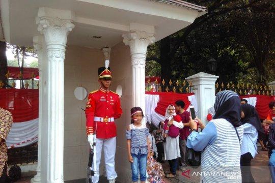Paspampres istana jadi objek foto masyarakat Jakarta