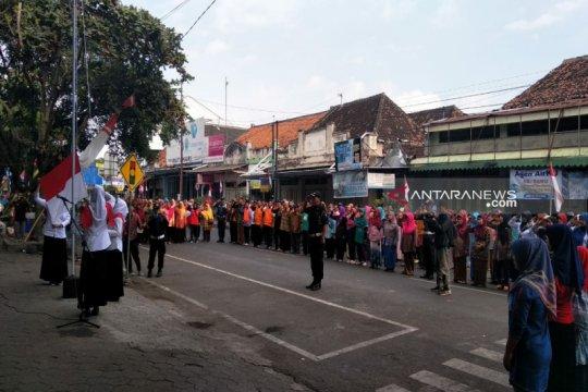 Ratusan pedagang Pasar Wates ikuti upacara HUT ke-74 Kemerdekaan RI