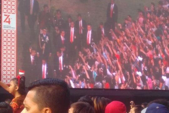 Jokowi sambangi warga di depan istana jelang penurunan bendera