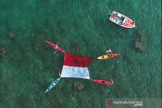 Bendera Merah Putih di Tanjung Lesung dikibarkan secara unik