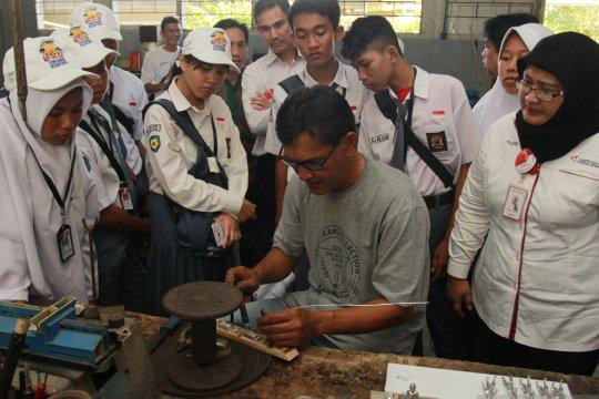 Peserta Siswa Mengenal Nusantara 2019 kunjungi perajin timah di Bangka Belitung