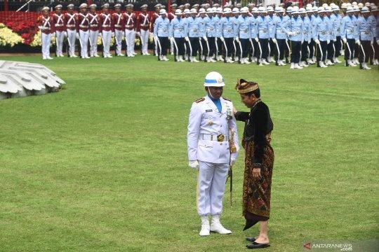 Presiden Joko Widodo menghampiri Komandan Upacara Pengibaran Bendera Merah Putih di Istana Merdeka
