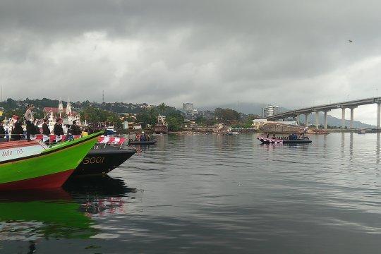 Polda maluku gelar upacara bendera di laut