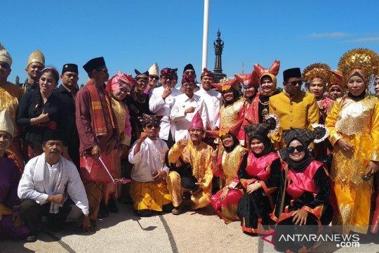 Peserta HUT Kemerdekaan di Bali kenakan pakaian adat Nusantara