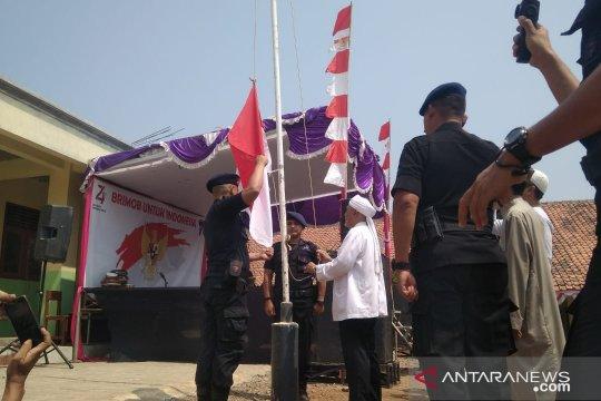 Ketua Garis menjadi pengibar bendera bersama Brimob