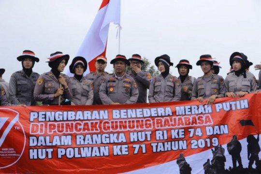 Polda Lampung sukses kibarkan bendera di puncak Gunung Rajabasa
