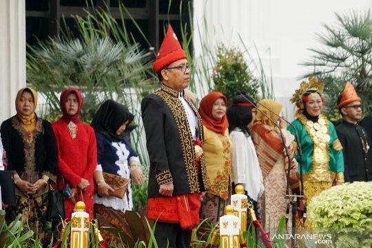 Mensesneg pimpin upacara HUT RI kenakan busana adat Sumatera Selatan