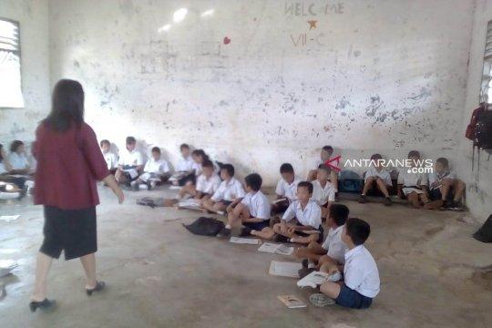 Siswa SMPN 1 Nias terpaksa belajar di lantai