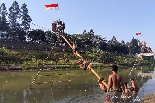 Meriahkan HUT ke-74 RI, warga Pondok Kopi ikuti lomba panjat pinang