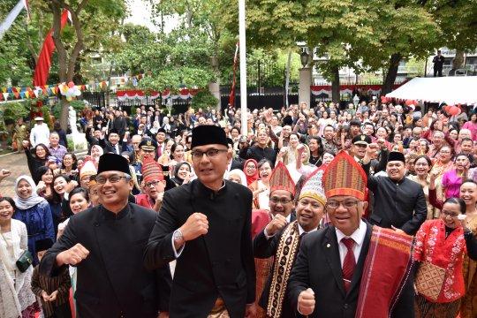 Warga Indonesia berbusana Nusantara meriahkan HUT RI di Paris