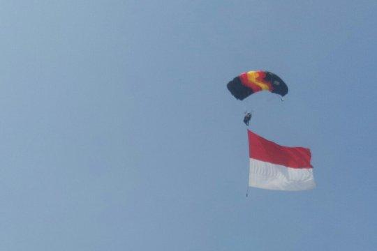 Penerjun TNI- Polri kibarkan bendera di acara Gowes bersama Astra