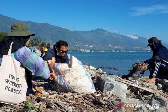 Ratusan orang bersihkan Teluk Palu lewat aksi Menghadap Laut 2.0