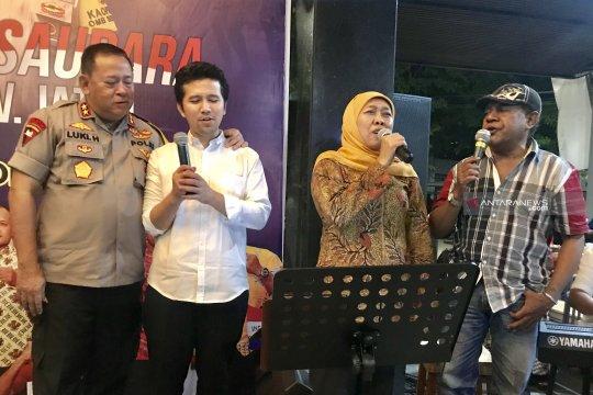 Khofifah bernyanyi lagu daerah Papua  di Surabaya