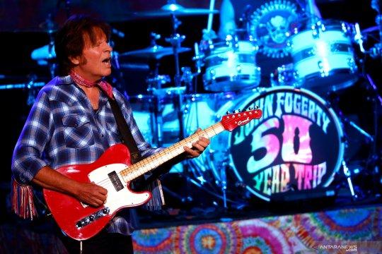 John Fogerty tampil saat peringatan 50 tahun Woodstock Festival