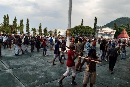 Massa tiba di Kantor Gubernur Papua Jayapura